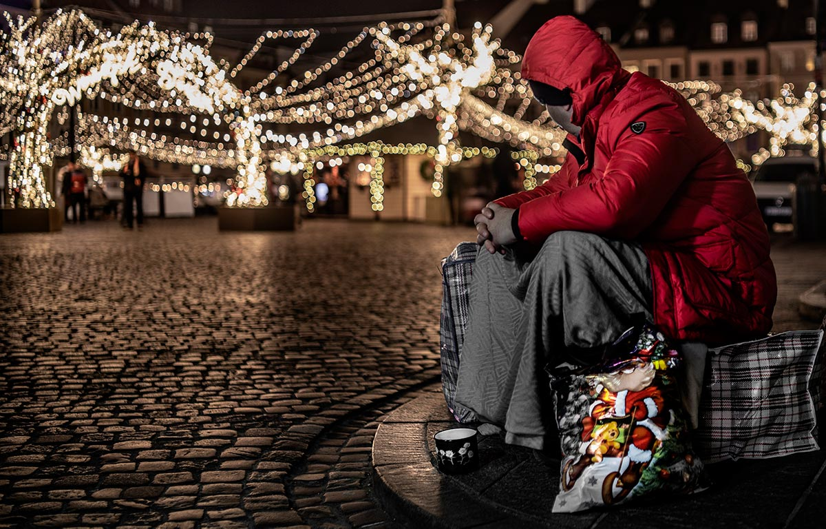 Homeless-street-Christmas-lights